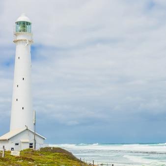 Pionowe ujęcie latarni morskiej w pochmurny dzień w kapsztadzie, republika południowej afryki