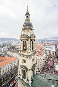 Pionowe ujęcie lotnicze wieży na bazylice św. stefana w budapeszcie