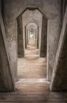 Pionowe ujęcie łuków mostu cementowego w waszyngtonie