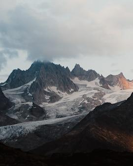 Pionowe ujęcie malowniczych, ośnieżonych alp francuskich