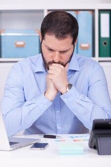 Pionowe ujęcie mężczyzny pracującego w biurze