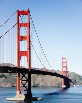 Pionowe ujęcie mostu golden gate w usa