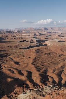 Pionowe ujęcie parku narodowego canyonlands w stanie utah, usa
