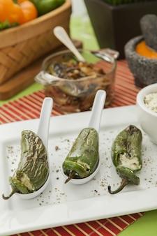 Pionowe ujęcie pieczonej papryki jalapeno nadziewane serem
