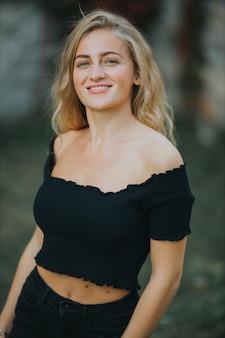 Pionowe ujęcie pięknej uśmiechniętej kobiety