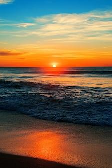 Pionowe ujęcie plaży północnego wejścia o wschodzie słońca