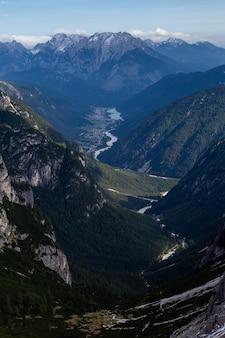 Pionowe ujęcie pod dużym kątem z zapierającym dech w piersiach widokiem na alpy włoskie