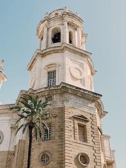 Pionowe ujęcie pod niskim kątem katedry w kadyksie w kadyksie, hiszpania