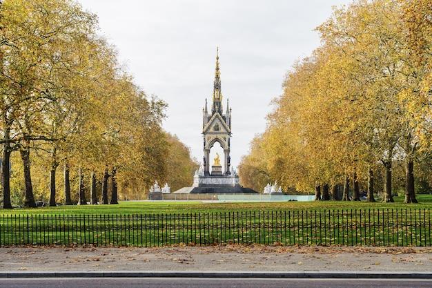 Pionowe ujęcie pomnika w st. james park w londynie