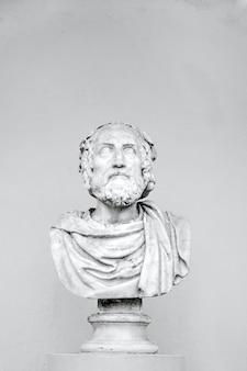 Pionowe ujęcie popiersia filozofa na białym tle