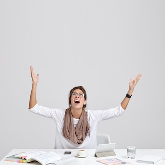 Pionowe ujęcie przygnębionej kobiety błaga o szczęście na egzaminie