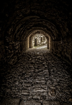 Pionowe ujęcie pustego tunelu w kierunku budynków