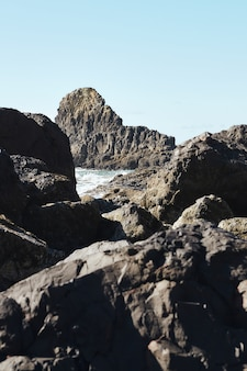 Pionowe ujęcie skał na wybrzeżu północno-zachodniego pacyfiku w cannon beach w stanie oregon