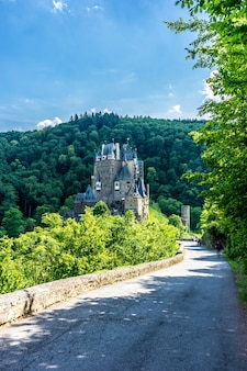 Pionowe ujęcie starożytnego pięknego zamku burg eltz w wierschem, niemcy