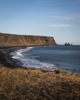 Pionowe ujęcie terenu pod dyrholaey vik na islandii