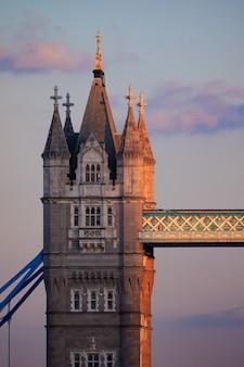 Pionowe ujęcie tower bridge w wielkiej brytanii