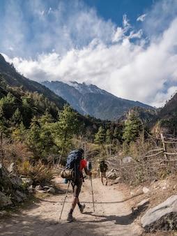 Pionowe ujęcie trekkera w himalajach annapurna, nepal