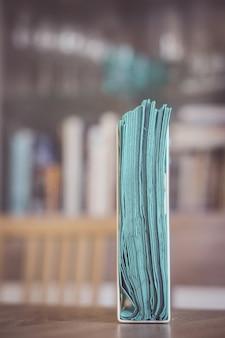 Pionowe ujęcie uchwytu tkanki na drewnianej powierzchni