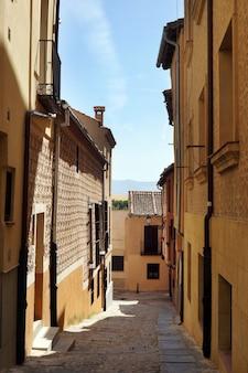 Pionowe ujęcie wąskiej uliczki w segowii w hiszpanii
