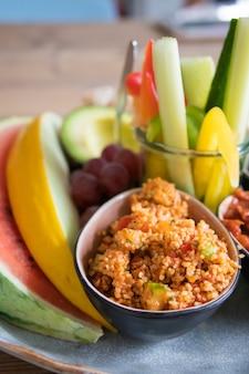 Pionowe ujęcie wegańskie jedzenie serwowane w kawiarni we frankfurcie w niemczech