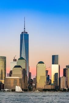 Pionowe ujęcie wieżowców podczas zachodu słońca na manhattanie