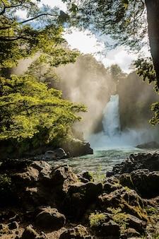 Pionowe ujęcie wodospadu huilo huilo w południowym chile