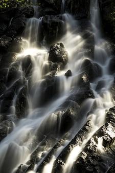 Pionowe ujęcie wody opadającej przez skały