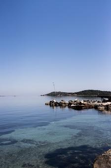 Pionowe ujęcie wybrzeża
