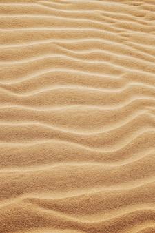 Pionowe ujęcie wzorów na piaskach na pustyni