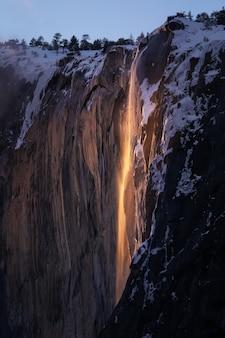 Pionowe ujęcie yosemite firefall o zachodzie słońca