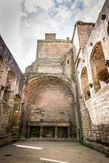 Pionowe ujęcie z niskiego kąta pięknego pałacu linlithgow uchwyconego w pochmurny dzień w linlithgow