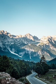 Pionowe ujęcie z wysokiego kąta parku narodowego valbona valley pod czystym, błękitnym niebem w albanii