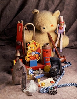 Pionowe ujęcie zabawek dzieci obok siebie