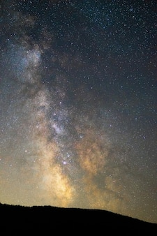 Pionowe ujęcie zapierającego dech w piersiach gwiaździstego nieba nocą - idealne do tapet i tła