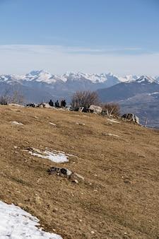 Pionowe ujęcie ziemi otoczonej górami