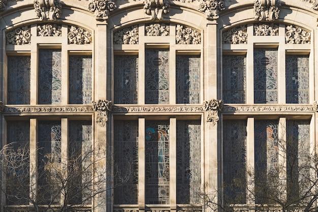 Pionowe witraże i ozdobne elementy elewacji klasycznego modernistycznego budynku
