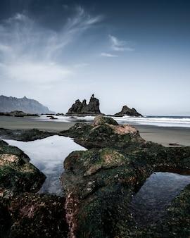 Pionowe wysoki kąt strzału na skalistym brzegu morza
