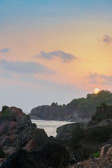 Pionowe wysoki kąt strzału z pięknym zachodem słońca na plaży kudlu, gokarna, indie
