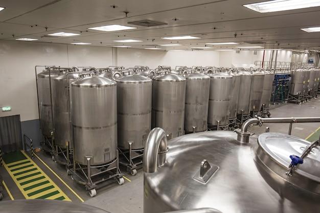 Pionowe zbiorniki ze stali nierdzewnej grupy nierdzewnej z wyposażeniem w piwnicy na chemikalia na rolce czyszczenie i uzdatnianie zbiorników ze stali nierdzewnej w zakładzie chemicznym