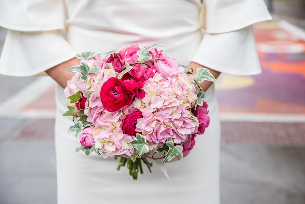 Pionowe zbliżenie strzał bukiet ślubny kwiatów