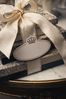 Pionowe zbliżenie strzał luksusowych pudełek z wstążkami na stole