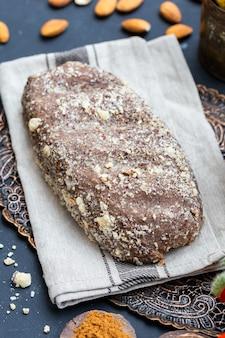 Pionowe zbliżenie świeżego, surowego chleba wegańskiego