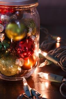 Pionowe zbliżenie widok kolorowych małych bombek wewnątrz szklanego słoika