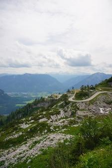 Pionowe zdjęcia lotnicze austriackich alp pod zachmurzonym niebem
