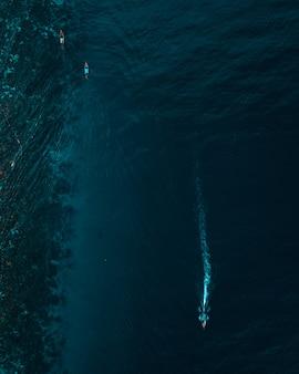 Pionowe zdjęcia lotnicze łodzi pływających na oceanie