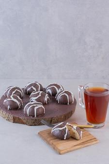 Pionowe zdjęcie czekoladowych ciasteczek z filiżanką herbaty