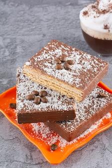 Pionowe zdjęcie domowych wafli czekoladowych na talerzu zasięgu.
