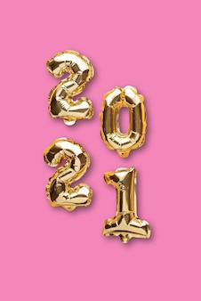 Pionowe złote balony foliowe z numerami 2021 na różowo
