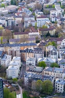Pionowo wysokiego kąta strzał pejzaż miejski z mnóstwo domami w frankfurt, niemcy