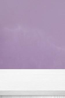 Pionowy biały stół z drewna i fioletowe tło ściany